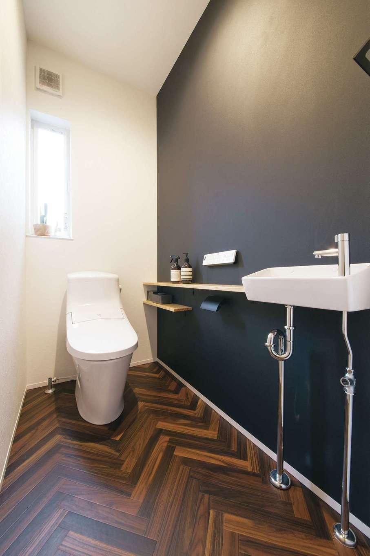 SEVEN HOUSE/セブンハウス【デザイン住宅、子育て、間取り】トイレはヘリンボーンの床と黒い壁でシックな雰囲気に。テイストをガラリと変えて、遊びを加えた