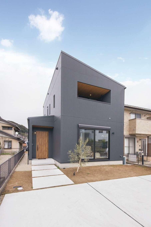 SEVEN HOUSE/セブンハウス【デザイン住宅、子育て、間取り】外観はブラックのサイディングを選択。ナチュラルな室内とのギャップがおもしろい