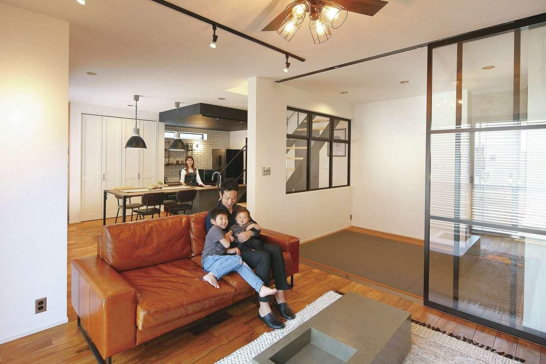 SEVEN HOUSE/セブンハウス【デザイン住宅、間取り、インテリア】まるでカフェのようなカウンターキッチンと一続きになったリビング。仕切りを室内窓にしたことで、どの角度からでも視線が抜け、空間がより広く感じられる