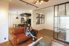 デザイン性と暮らし方を追求した室内窓のある住まい