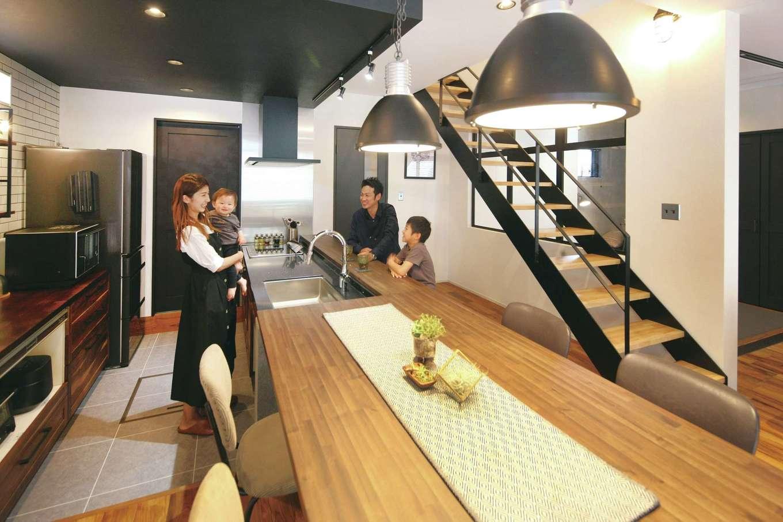 SEVEN HOUSE/セブンハウス【デザイン住宅、間取り、インテリア】キッチンをダウンフロアにして、座る人と目線が同じになるように工夫。シンクと一体化したカウンターとダイニングテーブルは、家の雰囲気に合わせて造作したもの