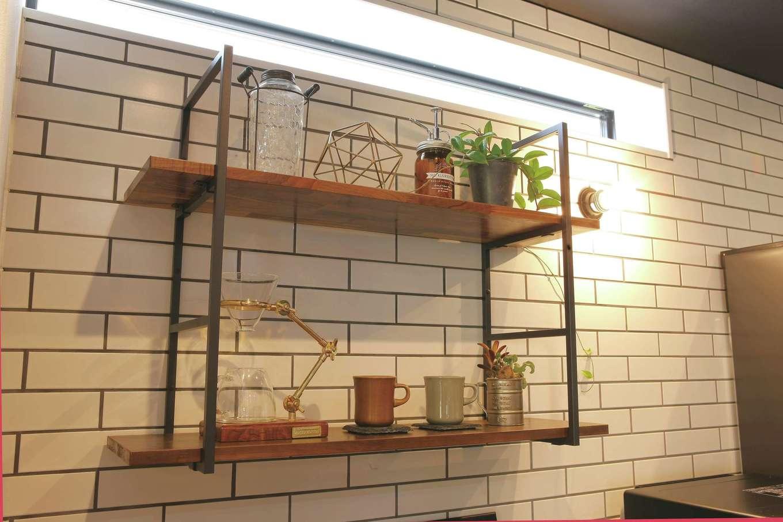 SEVEN HOUSE/セブンハウス【デザイン住宅、間取り、インテリア】キッチンの背面はタイル貼りに。アイアンと木を掛け合わせた飾り棚ともマッチしている