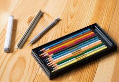図面を描く色鉛筆