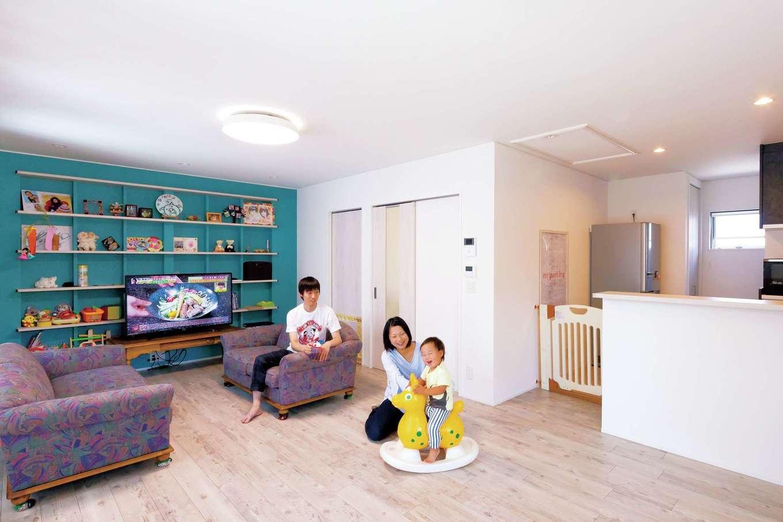 ハウジング小林【デザイン住宅、二世帯住宅、間取り】おしゃれなブルックリンテイストのLDKは、22畳の広々とした空間。キッチン奥にパントリー、さらに小さなバルコニーを設け、生ゴミの一時置き場として重宝している