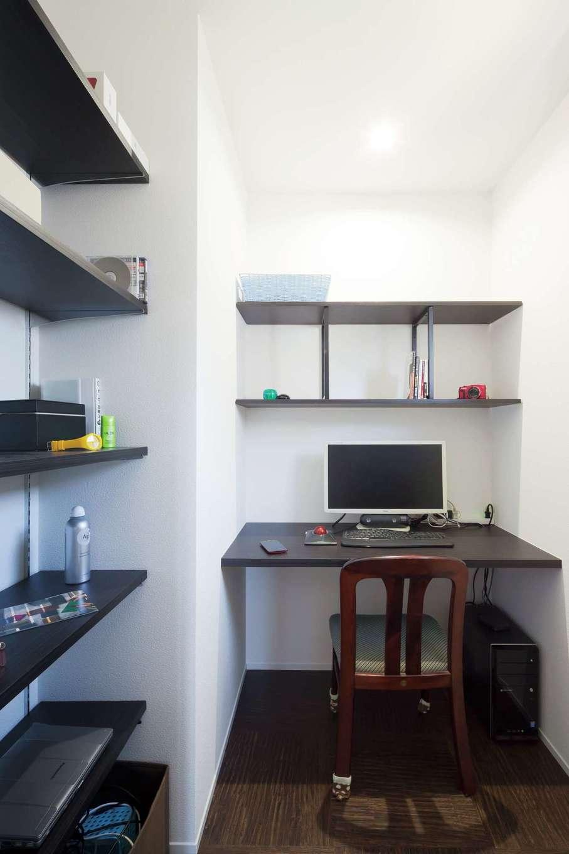 子世帯の寝室に設けたご主人(長男)の書斎。造り付けの棚・カウンターと設備も万全
