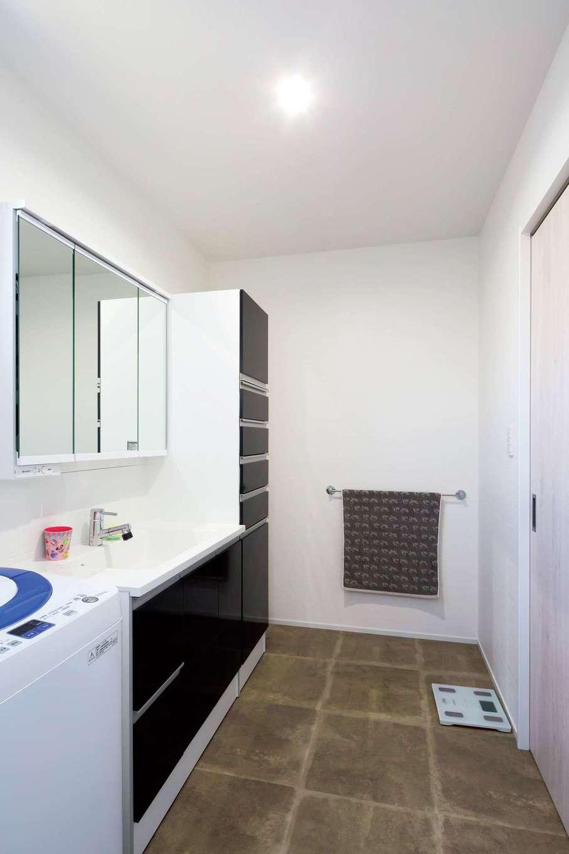 ハウジング小林【デザイン住宅、二世帯住宅、間取り】子世帯の洗面脱衣室は3畳を確保。モノトーンのシックな色調でコーディネートされた