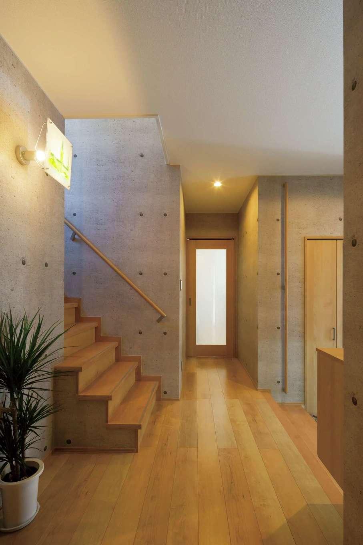 ハウジング小林【デザイン住宅、二世帯住宅、間取り】玄関ホールは異素材の組合わせでモダンさを演出。ホールの3か所に収納を設け、生活の雑多なものや、コートなどをかけておくクローゼットなど、用途別に分けられている