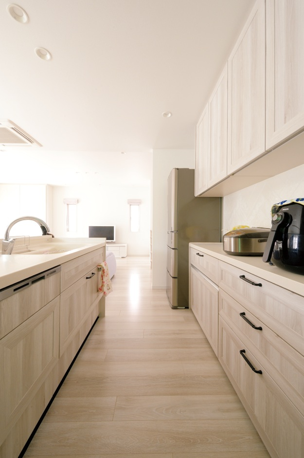キッチンには共働きのご夫婦が2人で立っても余裕のスペースを 確保。収納も充実!