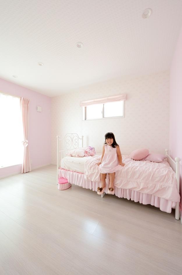 ご長女の部屋は白×ピンク で女の子の誰もが憧れるロマンチック・スイートな空間に