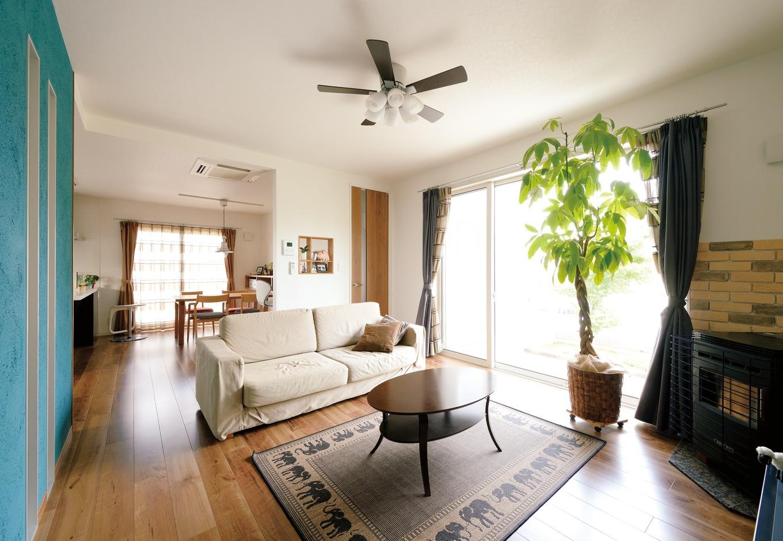 ハウジング小林【デザイン住宅、収納力、間取り】庭を眺めながらゆったりと寛げるリゾートチックなリビング。ペレットストーブは入居後に追加工事を依頼した