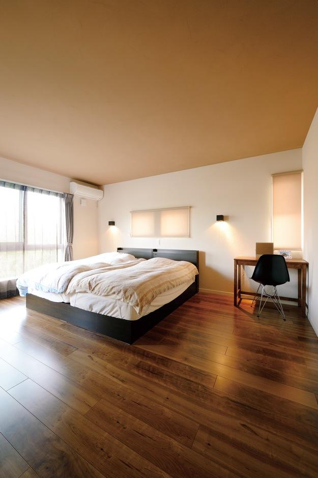 ハウジング小林【デザイン住宅、収納力、間取り】寝室はゆとりの広さを確保。照明は壁面のシーリングや間接照明のみにして癒しの空間を演出