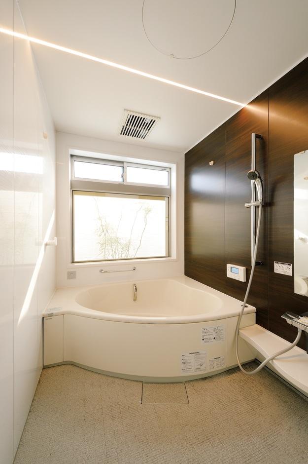 ハウジング小林【デザイン住宅、収納力、間取り】広い浴槽にゆったり浸かって1日の疲れを癒す浴室。窓からは坪庭が見える