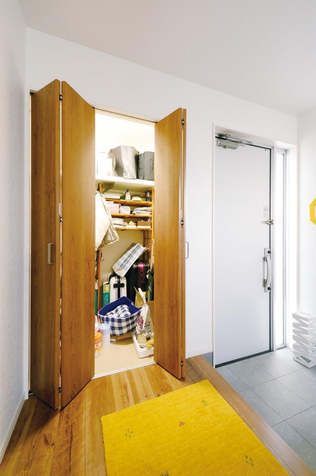 ハウジング小林【デザイン住宅、収納力、間取り】玄関にはシューズクローク以外に納戸を設置。何でもしまえて便利!