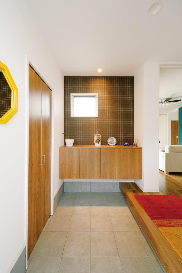 ハウジング小林【デザイン住宅、収納力、間取り】均整のとれたデザインがスタイリッシュな玄関。左手の扉の奥はシューズクローク