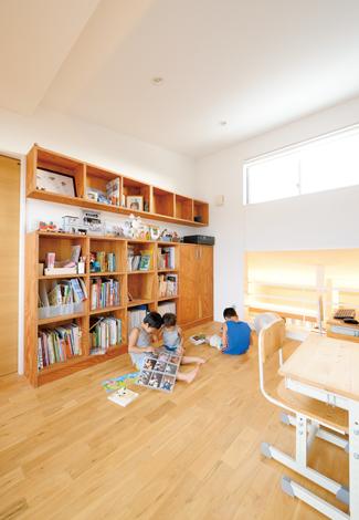 吹き抜けを通じてリビングと繋がっているため、子どもたちもママの気配を感じながら読書や遊びに集中できる。反対側にはバルコニーがあり、通風も抜群