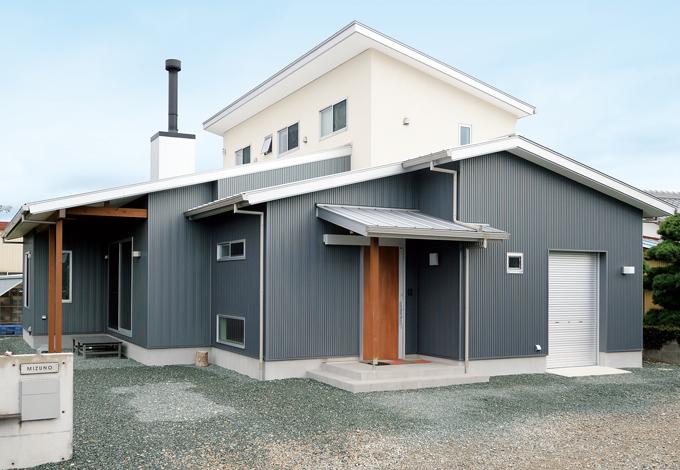 1階をガルバリウム鋼板、2階を塗り壁に。リッチでエコなモダンな家