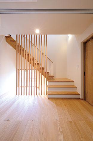 ハウジング小林【子育て、二世帯住宅、自然素材】格子の美しさが映える階段