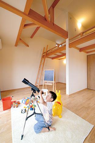 ハウジング小林【子育て、二世帯住宅、自然素材】男の子部屋、女の子部屋はそれぞれ間仕切り可能。ロフト、バルコニーのある開放的な空間に