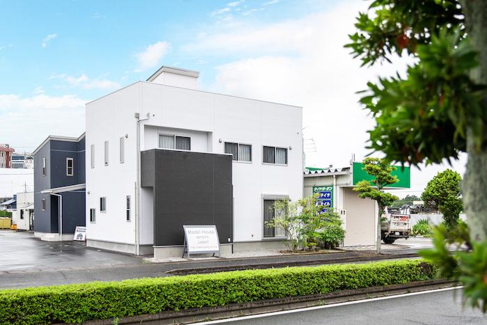 ハウジング松本【浜松市南区中田島町544-1・モデルハウス】スタイリッシュでコンパクトな外観。何十年の先の暮らしを見据え、シンプルなデザインで統一されている