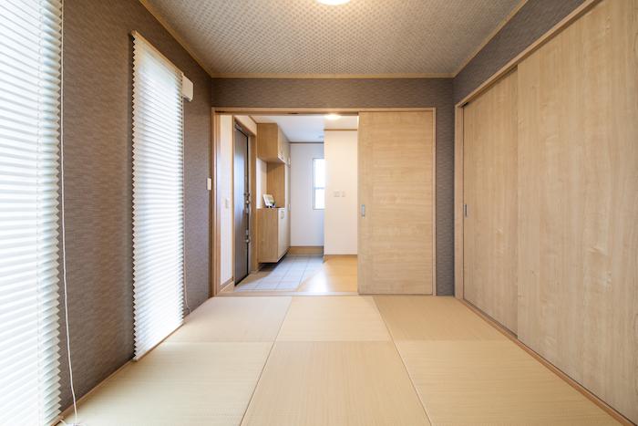 ハウジング松本【浜松市南区中田島町544-1・モデルハウス】リビングから見た和室。仕切りがあるため生活空間のリビングと分け、ここで来客をもてなしたりできる