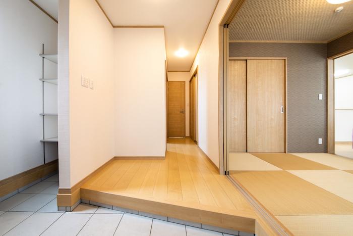 ハウジング松本【浜松市南区中田島町544-1・モデルハウス】玄関ホールの左側にはたっぷりの玄関収納を設置。入ってすぐ右側は和室につながっている