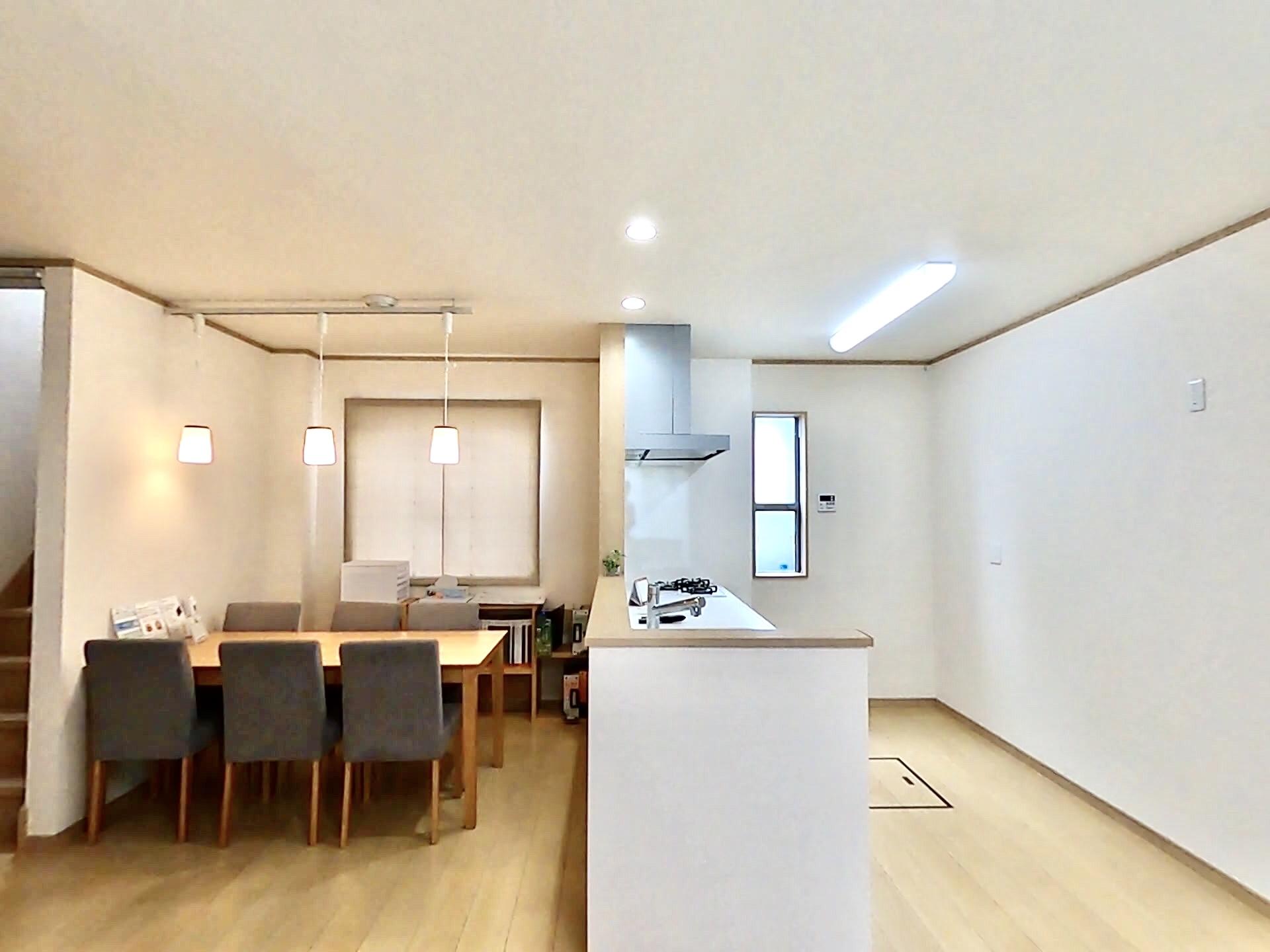 ハウジング松本【浜松市南区中田島町544-1・モデルハウス】キッチンからそのまま料理を渡すことが出来るようダイニングテーブルはすぐ前に設置してある