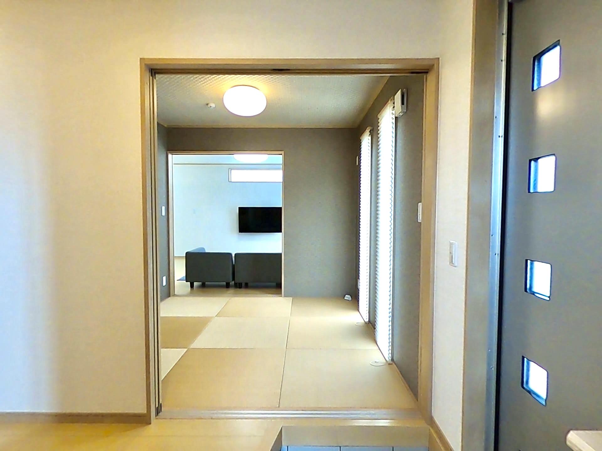 ハウジング松本【浜松市南区中田島町544-1・モデルハウス】玄関ホール先の和室。ここからリビングに一直線につながる