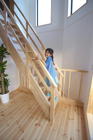 メテックス建築事務所【1000万円台、子育て、省エネ】小屋裏へ続く階段も、窓から注ぐ光を損なわないようスケルトンの天然木の仕様