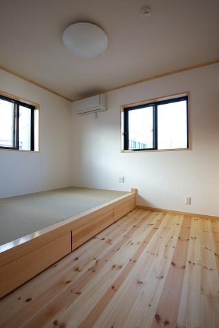 メテックス建築事務所【1000万円台、子育て、省エネ】2階個室は小上がりになっている畳がくつろぎをあたえてくれる。小上がり下部分はもちろん収納付き