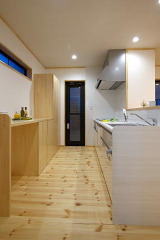 メテックス建築事務所【1000万円台、子育て、省エネ】明り取りのスリット窓のついたキッチンは天然木のカウンター収納もうれしい