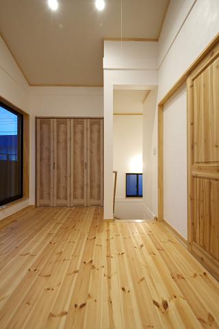 メテックス建築事務所【1000万円台、子育て、省エネ】2階階段を上がって、個室へとつながる開かれた空間