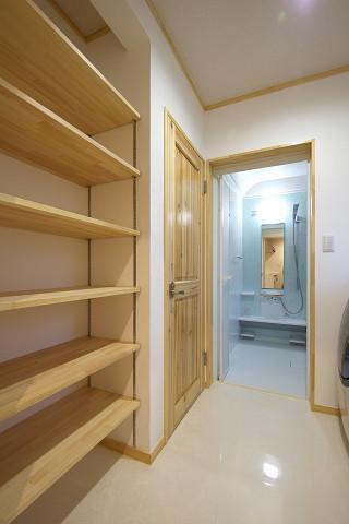 メテックス建築事務所【1000万円台、子育て、省エネ】お風呂前の脱衣所も天然木の造作家具がふんだんにしつらえられていて収納力抜群