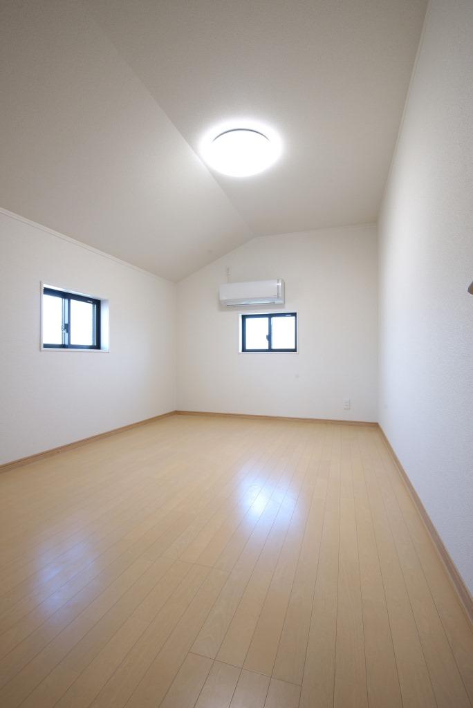 メテックス建築事務所【1000万円台、子育て、省エネ】天井高を活かした小屋裏、ロフト部分とは思えないほどの高さがあり部屋としても充分に使えそう