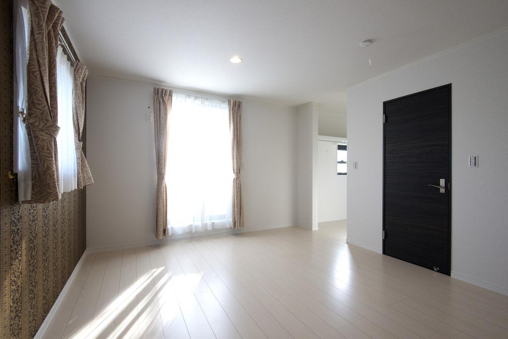 メテックス建築事務所【1000万円台、子育て、省エネ】ウォークインクローゼットも備えた居室。重厚感のある壁紙を使って落ち着いた部屋を演出