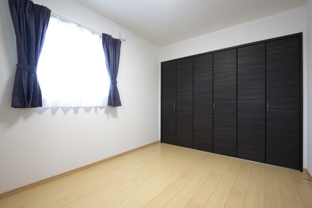 メテックス建築事務所【1000万円台、子育て、省エネ】大容量の収納つきの居室。これから成長していくお子様の荷物も十分収納可能