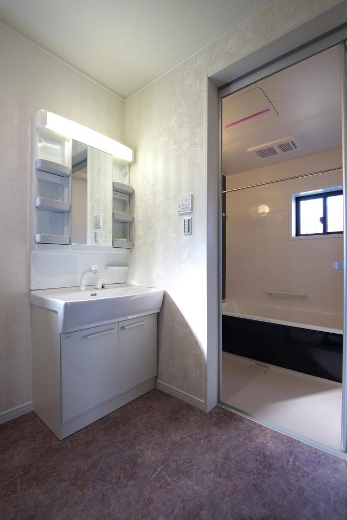 メテックス建築事務所【1000万円台、子育て、省エネ】浴室乾燥機付きのバスルームは、家族の一日の疲れを癒すのに充分な広さを確保