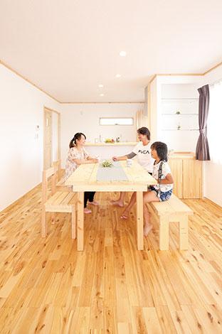 メテックス建築事務所【1000万円台、子育て、収納力】無垢の床に真っ白な塗り壁。憧れの自然素材が生み出す心地よい空気に包まれるLDK。対面式キッチンにセンスの良い飾り棚。これらも全て標準仕様。奥さまの「欲しい」が全て叶えられている