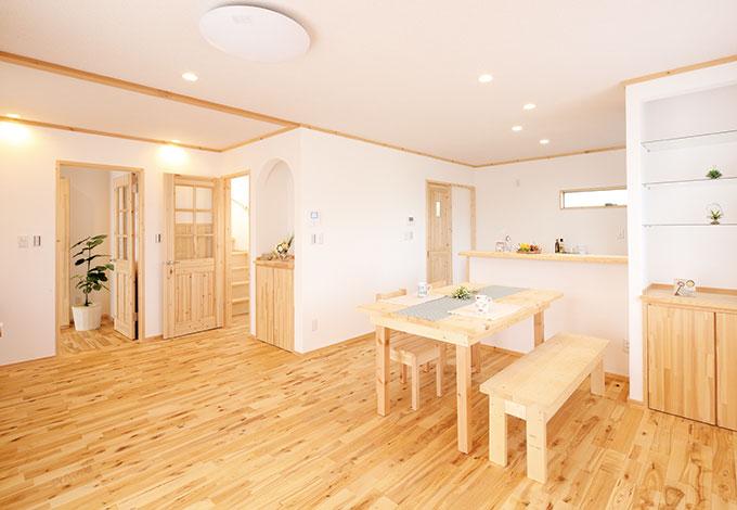 メテックス建築事務所【1000万円台、子育て、収納力】室内の床や建具は、全て無垢材を使用。 天然の空気清浄機といわれる塗り壁も 標準仕様で、追加費用はなし。子育て世代にも安心の住環境が実現できる
