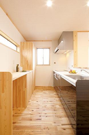 メテックス建築事務所【1000万円台、子育て、収納力】たっぷりの収納や便利なカウンターも、無垢材で造作。横スリットの窓から光が差し込み、明るい キッチン