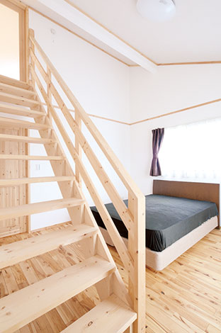 メテックス建築事務所【1000万円台、子育て、収納力】寝室の階段から小屋裏 へ。ロフト付きのコテージのような雰囲気で、毎日がリゾート気分!?