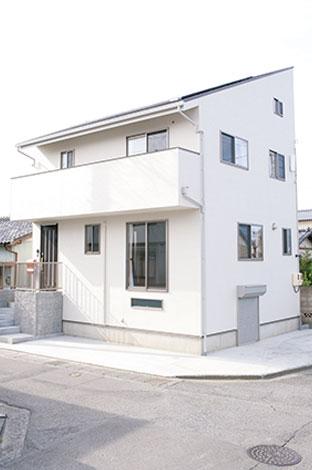メテックス建築事務所【1000万円台、子育て、収納力】地下収納から小屋裏まで、外観からは4階建てに見えるK邸。コンパクトな敷地でも、広々空間の家が可能に