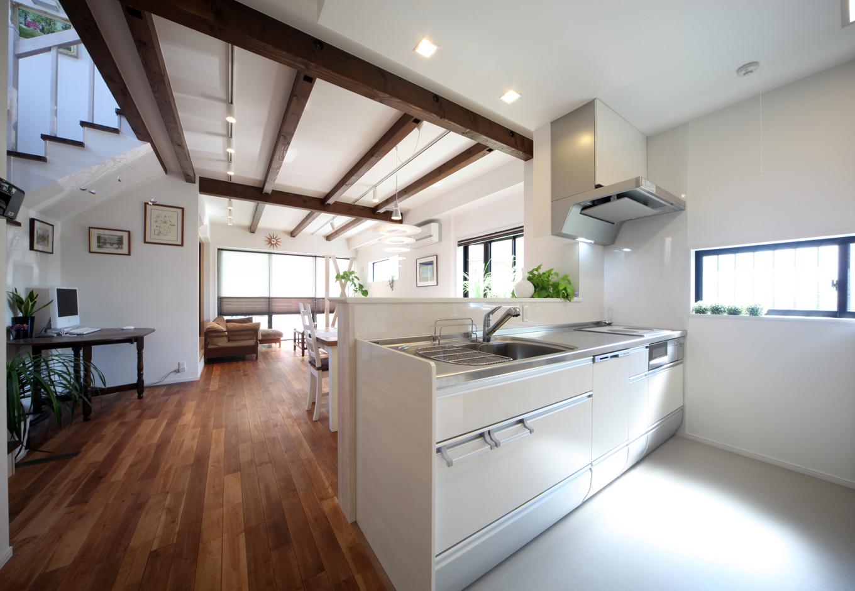 ソーラーホーム/OMソーラーの家【デザイン住宅、子育て、省エネ】清潔感のあるキッチンは奥さまの一番のこだわりポイント。ご家族がどこにいても様子を見渡せるフルオープンな空間を実現した
