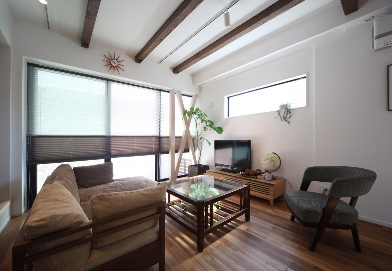 ソーラーホーム/OMソーラーの家【デザイン住宅、子育て、省エネ】ご家族の暮らしの中心となるリビングスペースには、壁一面を大きな窓にして、光を多く取り入れた。風の通りも工夫されており、家全体が快適な住空間に