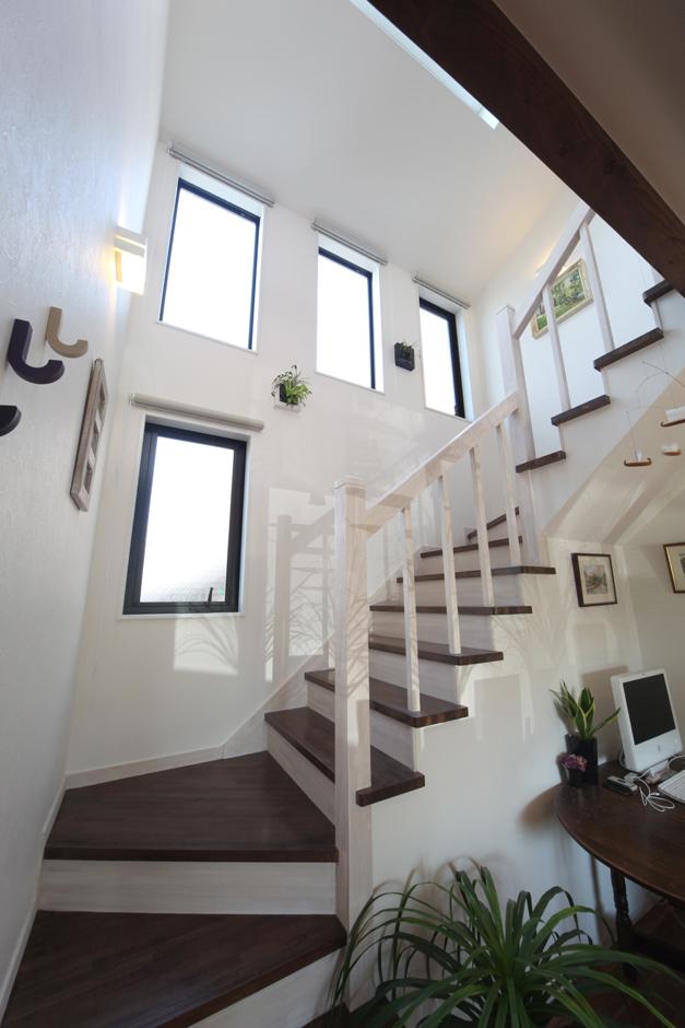 ソーラーホーム/OMソーラーの家【デザイン住宅、子育て、省エネ】LDKの中央に設けた吹き抜けの階段の壁面には4つの窓、さらにトップライトを設けた。これにより、驚くほど明るく気持ちの良いLDKとなった