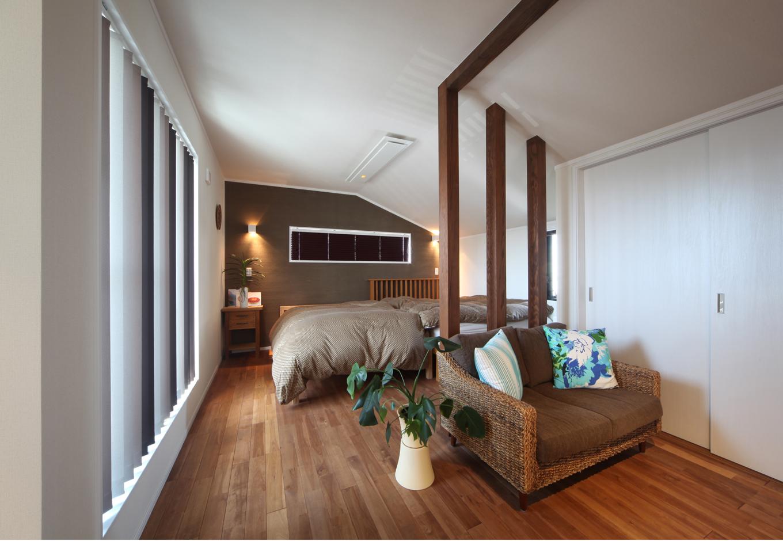 ソーラーホーム/OMソーラーの家【デザイン住宅、子育て、省エネ】主寝室は、高級リゾートのホテルの一室のようにリッチで落ち着いた空間に。無垢の柱やグラデーションの縦型ブラインドが、雰囲気をいっそう盛り上げる