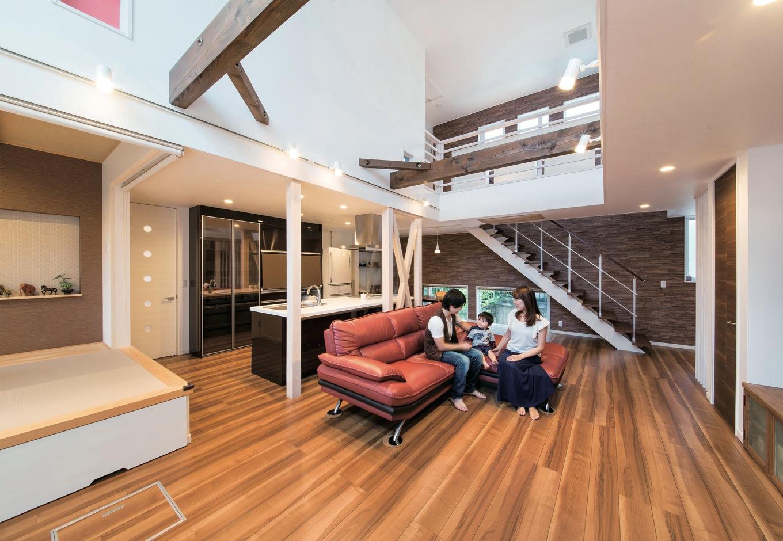 ソーラーホーム/OMソーラーの家【デザイン住宅、省エネ、間取り】ダイナミックな吹抜けのLDKは、畳コーナーと合わせると30畳を超える大空間。玄関から入っ た瞬間、そのゴージャスな開放感に誰もが歓声をあげる