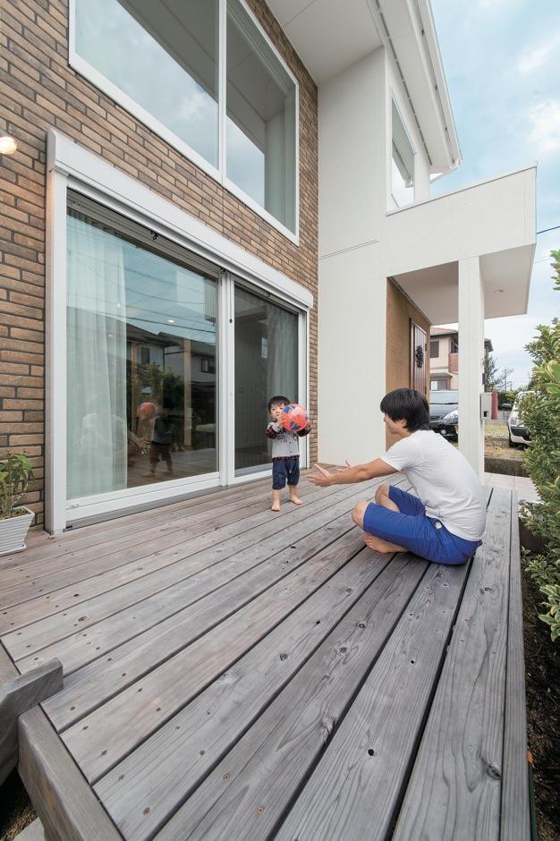ソーラーホーム/OMソーラーの家【デザイン住宅、省エネ、間取り】外と中をつなぐウッドデッキは、BBQやプールなど、アウターリビングとして大活躍