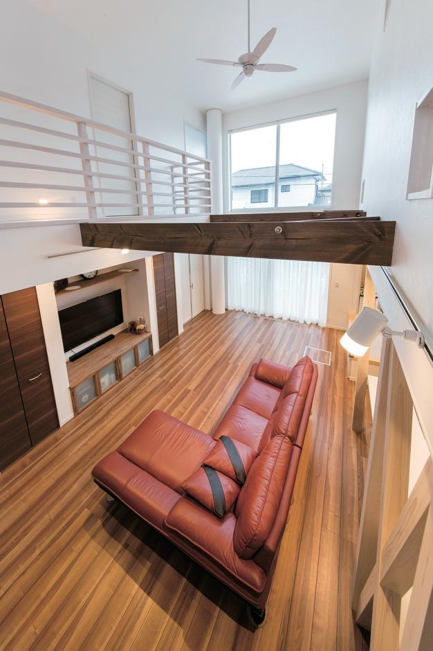 ソーラーホーム/OMソーラーの家【デザイン住宅、省エネ、間取り】これほどの大空間でも太陽熱と太陽光を活用した「OMクワトロソーラー」の床暖房 で、家の隅々まで同じ温度を保つので、年中 薄着で過ごせる
