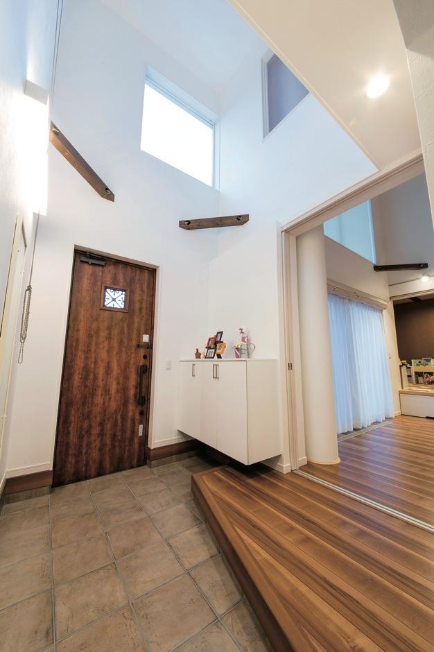 ソーラーホーム/OMソーラーの家【デザイン住宅、省エネ、間取り】大勢のゲストが来ても窮屈さを感じさせない、ゆったりとした玄関ホール