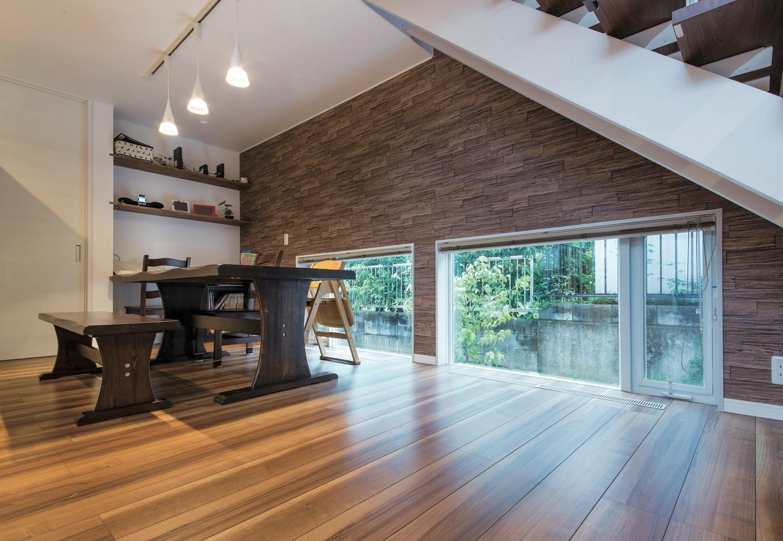 ソーラーホーム/OMソーラーの家【デザイン住宅、省エネ、間取り】北側の階段下に 地窓を切り、ダイニングの採光を確保